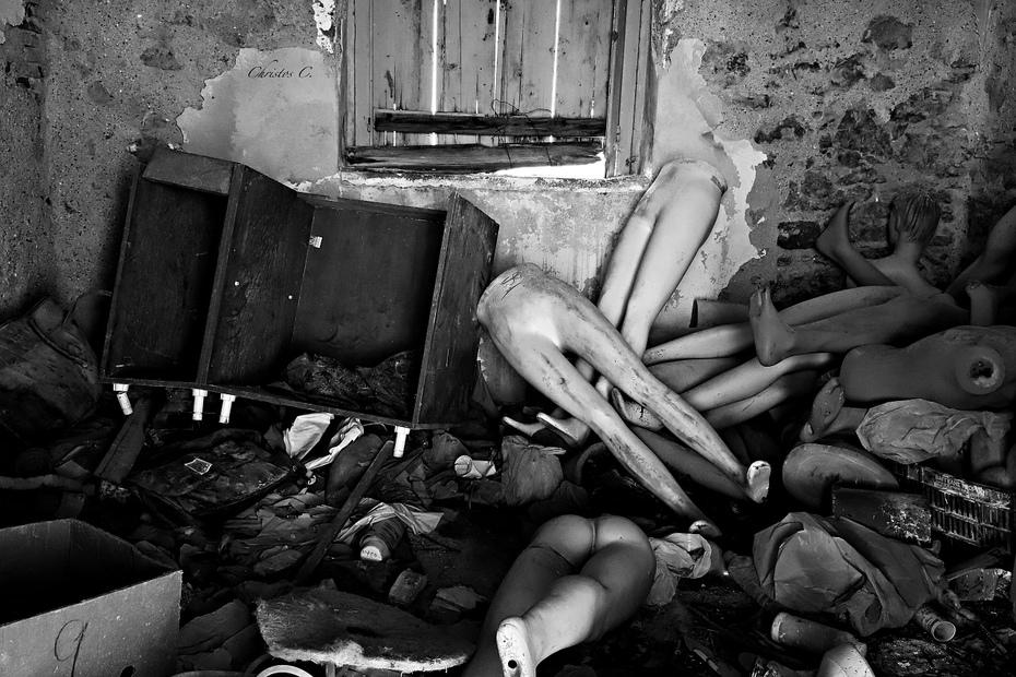Abandoned broken bodies-Εγκαταλελειμμένα σπασμένα σώματα