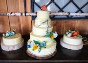 Bruidstaart met bloemen van koud porselein
