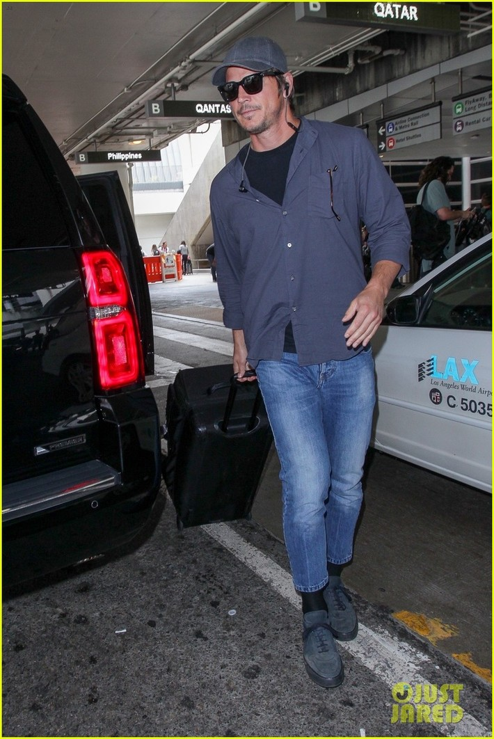 Josh Hartnett tries to keep a low profile as he makes his way out of LAX Airport on Tuesday afternoon (July 17) in Los Angeles.