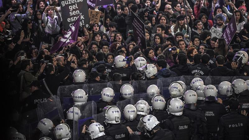 Istanbul police use tear gas to disperse Women's Day marchers