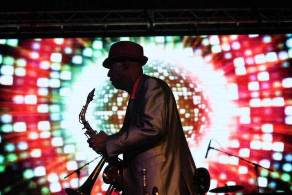 Jimmy Brown a Savannah native performs live.
