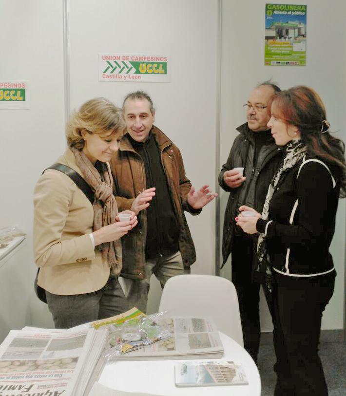 La ministra con la Unión de Uniones en la Feria Agraria de Valladolid