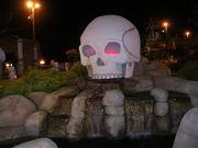 Spooky mini golfing skull