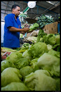Vendedor de legumbres en el mercado de chacao