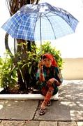 india con paraguas