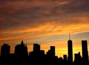 New York skyline, atardecer desde el Puente de Brooklyn.