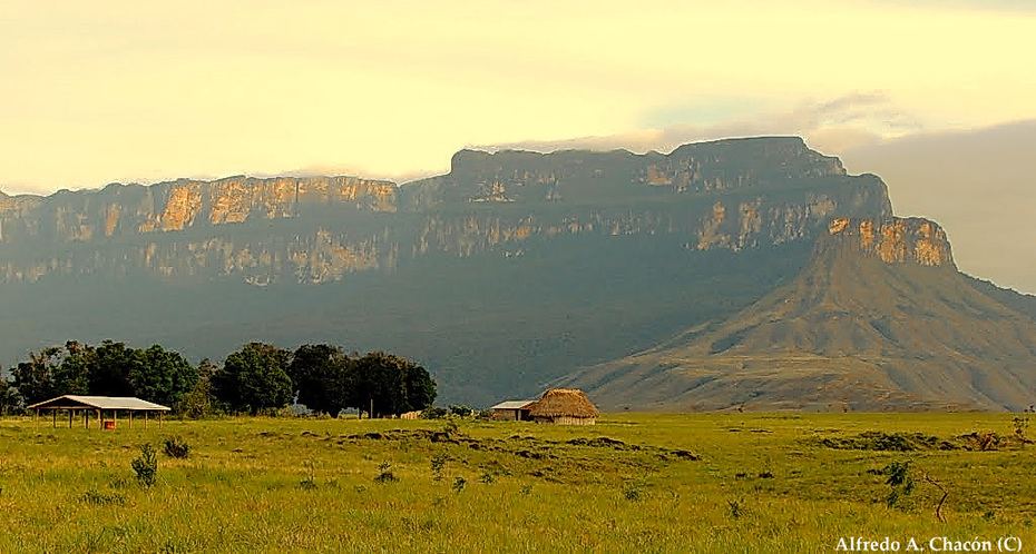 Amenecer en el Macizo de Chimantá desde el poblado de Yunek con Churi-tepui al fondo. Tierras altas de Guayana