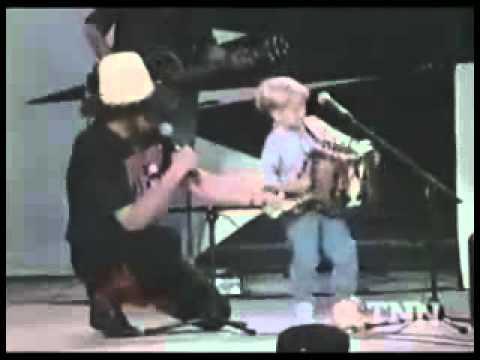 un enfant avec son accordéon