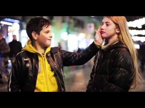 Mettez un petit garçon devant une petite fille et demandez-lui de la gifler. C'est mignon !