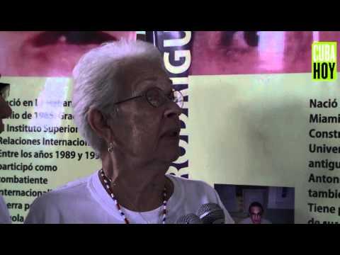 Cindy Sheehan entrega recuerdo de su hijo a las madres de Los Cinco