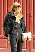 Bea Conesa with Zorah Bag in doré with belt in brown all in a very arabic chic style