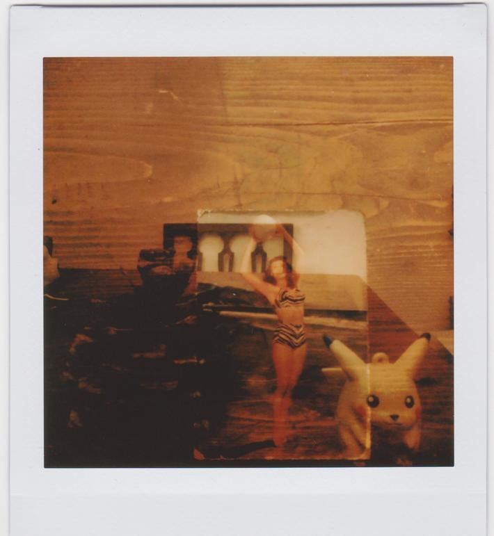 Doppia esposizione con foto, pigna e Picatchu
