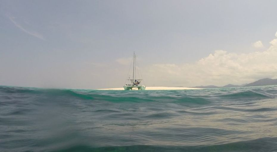 Jumpa Lagi anchored on sand cay R4 Dec 2015
