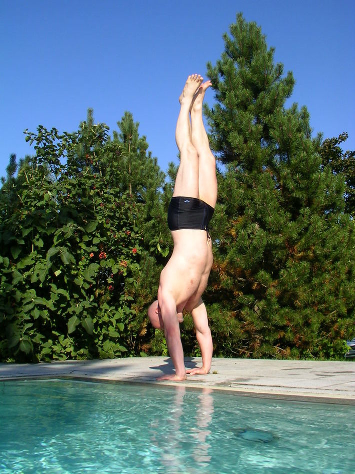 Handstand am Pool