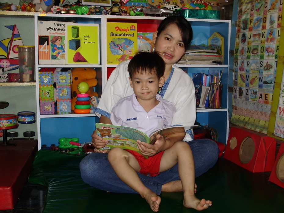 ชอบดูหนังสือกับแม่ครับ