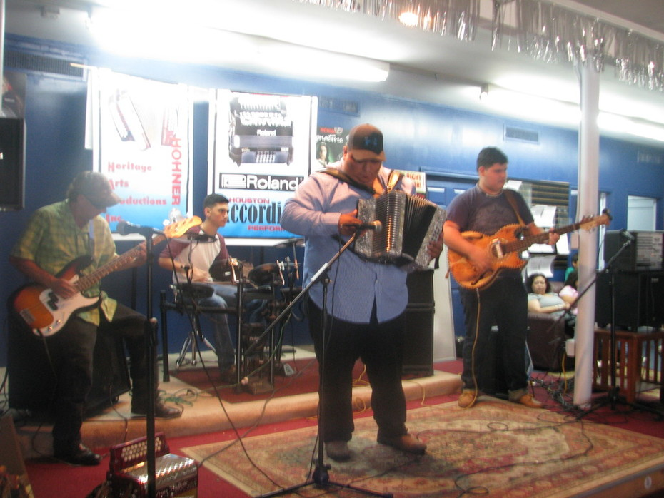 Geraldo - our new bajo teacher - JAMMING on the accordion!