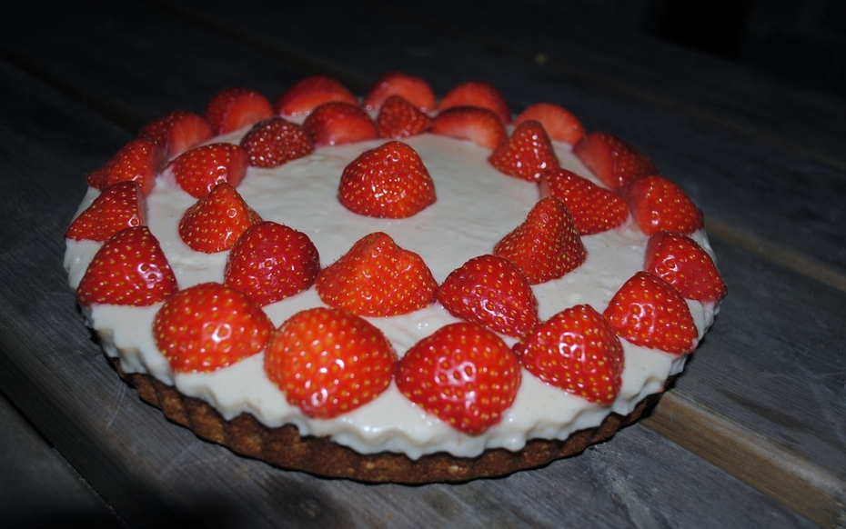 Vegan strawberry tart with almond cream and a pressed nut crust