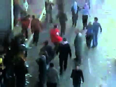 سيارة الامن تدهس المتظاهرين فى ثورة الحرية المصرية