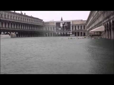 Raw: Tourists Battle High Flood Waters in Venice
