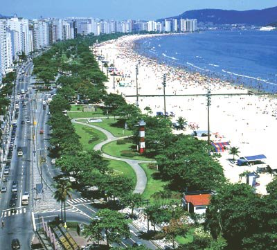 Vista parcial de praia e jardins.