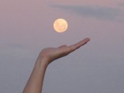 Mão da Ju na Lua