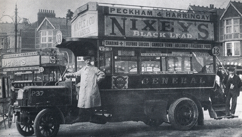 Bus on Forecourt of Queen's Head, Green Lanes 1909