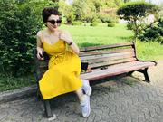 ყვითელი ძველ სკამზე