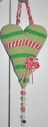 Amigurumi-Herz mit Deko-Häkelblume und Perlen-Anhänger
