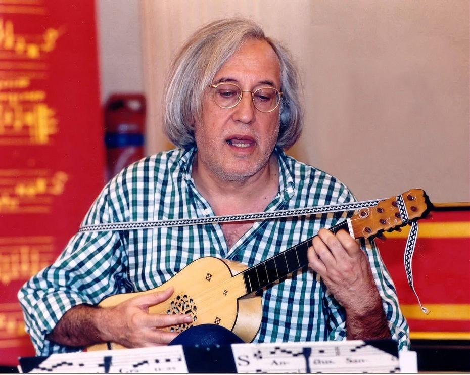 Manuel Morais tocando uma viola renascença de quatro ordens.
