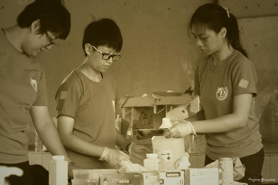 三人行必有我师焉,三位志工队员同心协力的为病患者配药。
