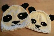 Zwei Panda-Mützen