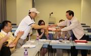 华人探究学习学会理事长李克东教授向新任理事颁发聘书