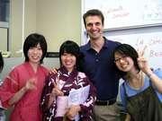 Alumnos en Japón con un docente argentino