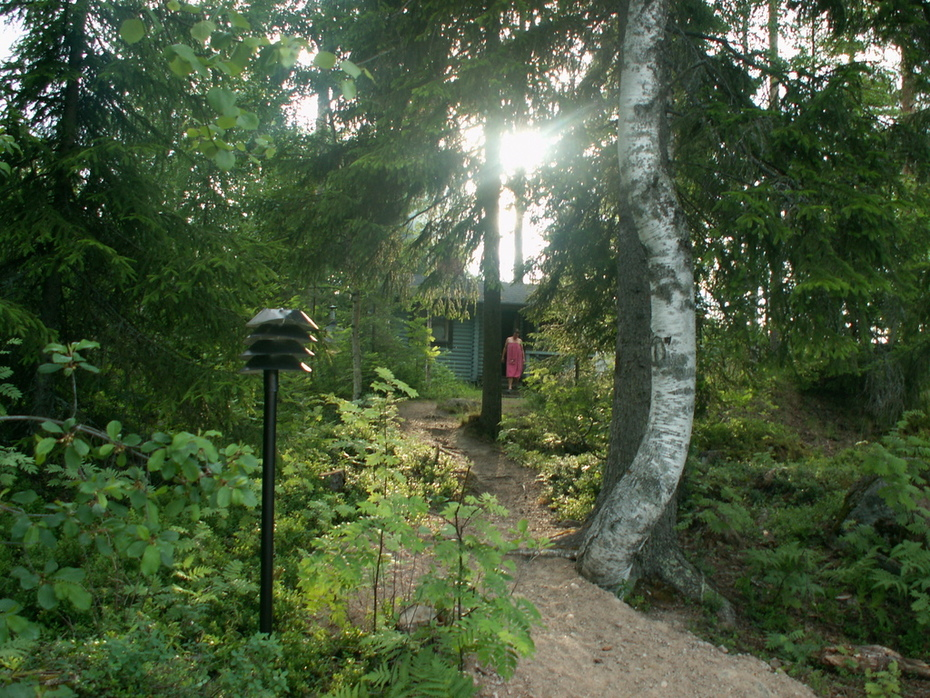 The winding road from the sauna to to beach at Pastjärvi cottage