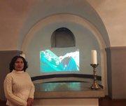 """La curadora de la expo, Margarita Grullón, frente a la pantalla mientras se pasaba la documentación de """"Dilución"""", un performance de Jochi Muñoz."""