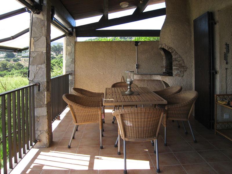 Überdachte Terrasse mit Grill