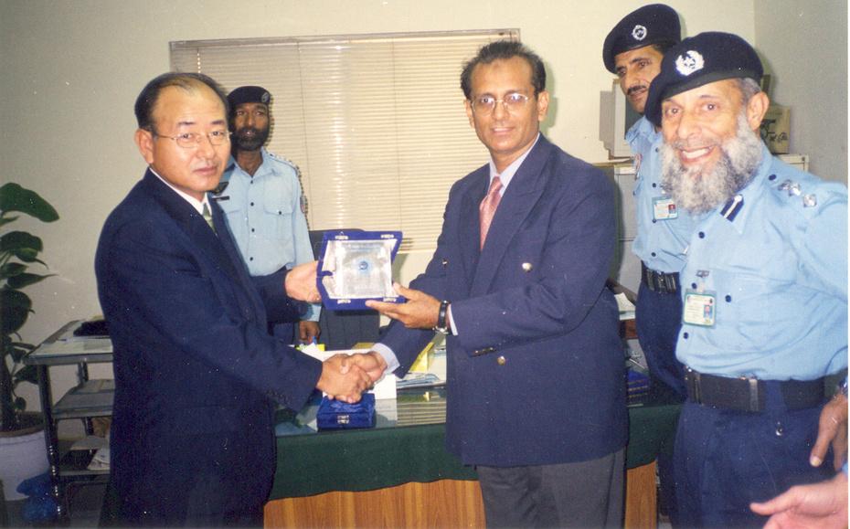 Master Zubairi Presenting shield to Korean Consul Dong Chul Park at ASF Headquarters-2004