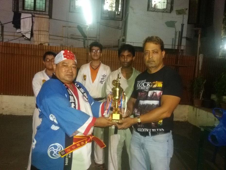 Receiving Trophy from G.M.Soke Dr.Ravi Lalwani