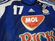 Zubai Szabi meze a MOL-Pick Szeged játékosainak aláírásaival