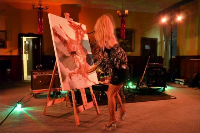 Baguette Bardot en mis en scene a la caverne au club de Kelvin