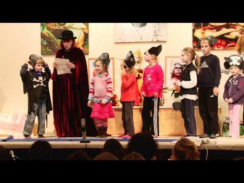 Kindergruppe zeigt Asanas im Satsang