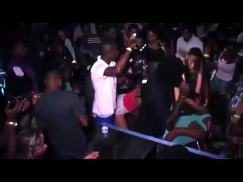 Aidonia abruptly ends his performance after man puts his face in girl crotch