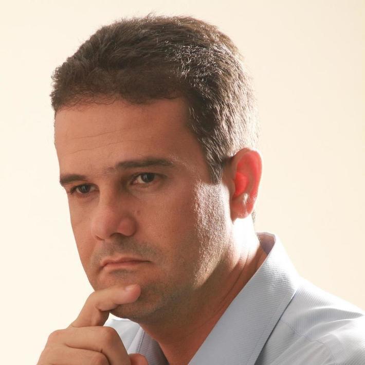 Jornalista e repórter Cláudio Andrade e crise de Emerson