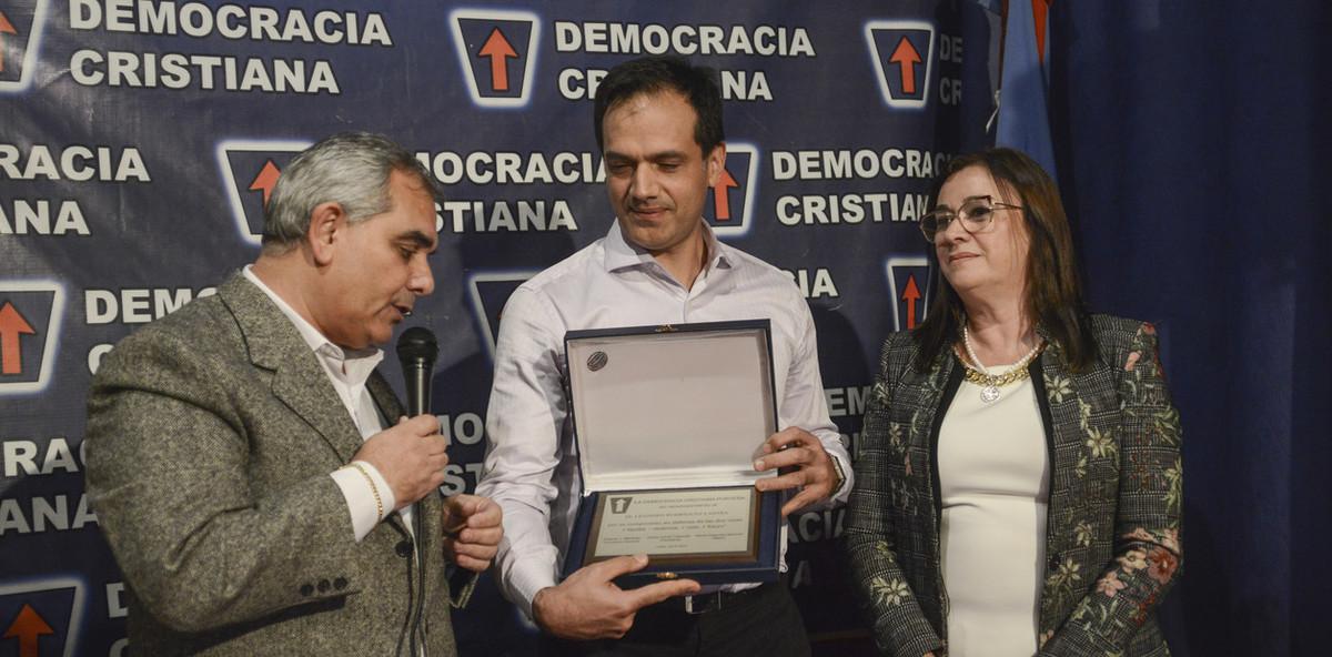 La Democracia Cristiana homenajeó al médico por salvar las 2 vidas