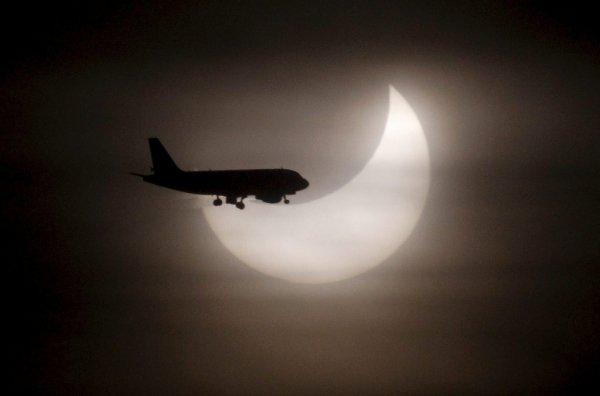 Un-avion-pasa-ante-el-sol-dura_54096935148_600_396