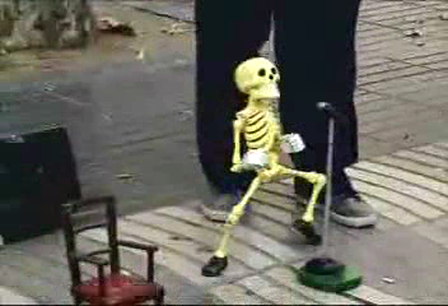 mira como baila el esqueleto