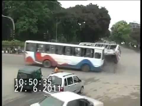 """27 de Junio de 2011 / Choque de Bus en India """"MIRA EL VEHICULO VERDE"""""""