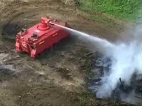 Forestales contra los incendios armados con tanque blindado.