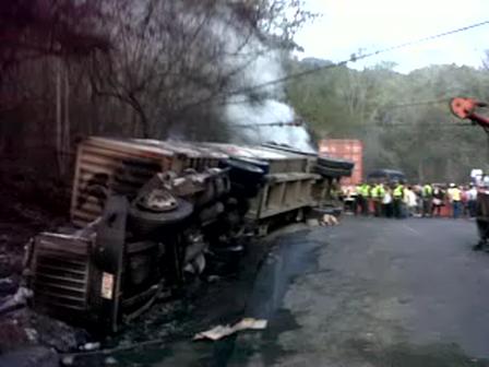 Incendio Intencional de Camión con fines de robo / Autopista Bogota-Medellin en Colombia
