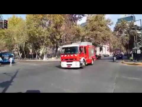 CAMIÓN DE BOMBEROS DE LA CUARTA COMPAÑÍA DE BOMBEROS DE SANTIAGO CHOCA CON UNA MOTOCICLETA - CHILE